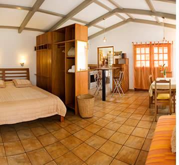 De suites bevinden zich aan de achterkant van Isla Verde en de rivier loopt achter hen